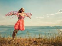 Portrait d'une belle fille rousse dans une robe orange Photographie stock libre de droits