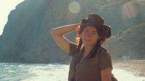 Portrait d'une belle fille rousse de voyageur dans un chapeau de cowboy sur la plage de mer clips vidéos