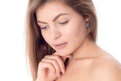 Portrait d'une belle fille sans maquillage qui a abaissé son plan rapproché de yeux vers le bas Image libre de droits