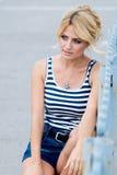 Portrait d'une belle fille sur la rue. Image libre de droits