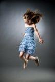 Portrait d'une belle fille sur un fond gris photos libres de droits