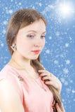 Portrait d'une belle fille sur un fond neigeux images libres de droits