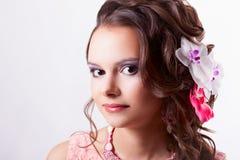 Portrait d'une belle image de brune au printemps avec la fleur Photos stock