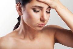 Portrait d'une belle jeune brune avec les épaules nues, seve Photo libre de droits