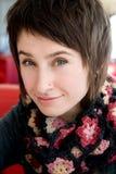 Portrait d'une belle jeune brune dans une écharpe images libres de droits