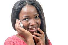 Portrait d'une belle jeune femme africaine parlant sur le phone de cellules Image stock