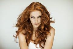 Portrait d'une belle jeune femme avec de longs cheveux bouclés et taches de rousseur rouges image stock