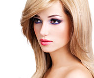 Portrait d'une belle jeune femme avec de longs poils blancs Photographie stock libre de droits