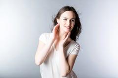 Portrait d'une belle jeune femme avec des cheveux dans le vent photos libres de droits