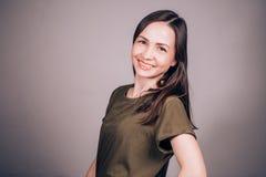 Portrait d'une belle jeune femme avec la peau bien toilettée et de maquillage naturel sur un fond gris Jeunesse, station thermale photographie stock