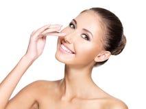 Portrait d'une belle jeune femme avec la peau parfaite touchant h Images stock