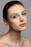 Portrait d'une belle jeune femme avec naturel Photographie stock