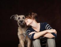 Portrait d'une belle jeune femme avec un chien hirsute drôle sur a Photos libres de droits