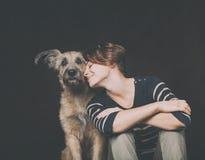 Portrait d'une belle jeune femme avec un chien hirsute drôle sur a Images libres de droits