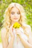 Portrait d'une belle jeune femme blonde Photographie stock