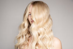 Portrait d'une belle jeune femme blonde avec de longs cheveux onduleux images libres de droits