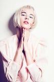 Portrait d'une belle jeune femme blonde avec les cheveux courts dans le studio sur un fond blanc, concept de beauté, fin  Photos libres de droits