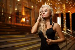 Portrait d'une belle jeune femme blonde sur le fond de la ville de nuit image libre de droits