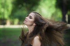 Portrait d'une belle jeune femme caucasienne avec piloter de longs cheveux, peau propre et maquillage occasionnel image stock