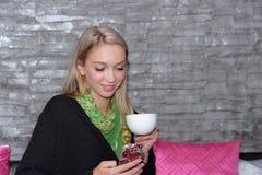 Portrait d'une belle jeune femme détendant et confortable Photographie stock libre de droits