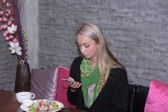 Portrait d'une belle jeune femme détendant et confortable Photo stock