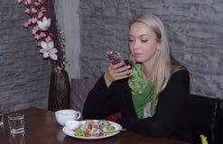 Portrait d'une belle jeune femme détendant et confortable Photos libres de droits
