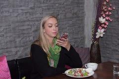 Portrait d'une belle jeune femme détendant et confortable Image libre de droits