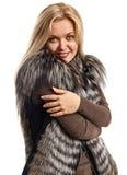 Portrait d'une belle jeune femme dans un gilet de fourrure Photographie stock libre de droits