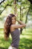 Portrait d'une belle jeune femme de brune extérieure Photos stock