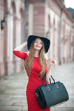 Portrait d'une belle jeune femme de sourire avec de longs cheveux, blac Photos stock