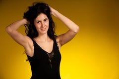 Portrait d'une belle jeune femme hispanique avec le cabot de brun de drak photos libres de droits