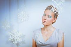 Portrait d'une belle jeune femme d'isolement sur le fond gris photo libre de droits
