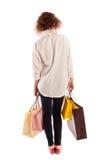 Portrait d'une belle jeune femme marchant loin avec des achats Image libre de droits