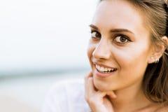 Portrait d'une belle jeune femme posant dehors Photo stock