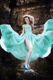 Portrait d'une belle jeune femme sur la nature Photos libres de droits