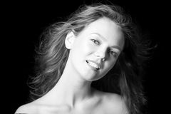 Portrait d'une belle jeune fille à la mode avec des cheveux de vol Photographie stock libre de droits