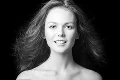 Portrait d'une belle jeune fille à la mode avec des cheveux de vol Images libres de droits