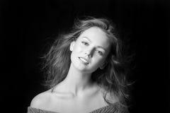 Portrait d'une belle jeune fille à la mode avec des cheveux de vol Photos stock