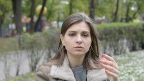 Portrait d'une belle jeune fille avec une expression triste de visage clips vidéos