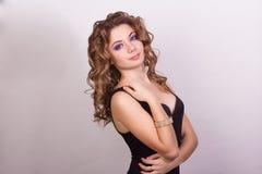 Portrait d'une belle jeune fille avec les cheveux bouclés bruns Images stock