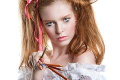 Portrait d'une belle jeune fille avec les crayons colorés disponibles Fille avec la coiffure créative et le maquillage tenant des Photo libre de droits