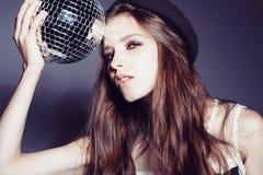 Portrait d'une belle jeune fille dans un chapeau avec la boule de disco Photographie stock libre de droits