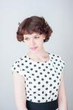 Portrait d'une belle jeune fille sur un fond blanc image stock