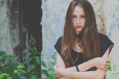 Portrait d'une belle jeune fille triste de goth dans un vieux abandonné Image libre de droits