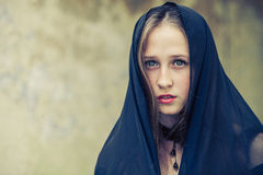 Portrait d'une belle jeune fille triste de goth dans un vieux abandonné Photo stock