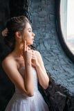 Portrait d'une belle jeune jeune mariée à la fenêtre images libres de droits
