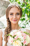 Portrait d'une belle jeune mariée, bouquet d'une jeune mariée et un diadème photos libres de droits