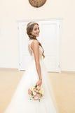 Portrait d'une belle jeune mariée, bouquet d'une jeune mariée et un diadème image stock