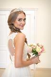 Portrait d'une belle jeune mariée, bouquet d'une jeune mariée et un diadème photos stock