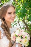 Portrait d'une belle jeune mariée, bouquet d'une jeune mariée et un diadème image libre de droits